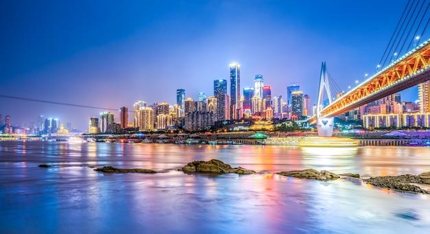 中国重慶の都市建築の夜景スカイライン Premium写真