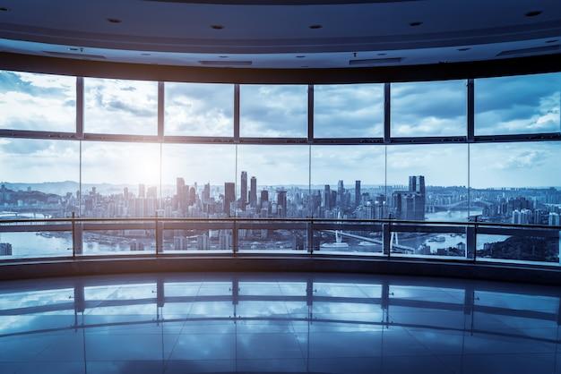 オフィスビルのガラスと街のスカイライン Premium写真