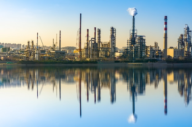 現代の石油化学プラントおよび生産設備 Premium写真