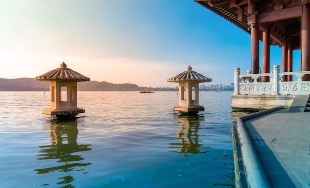 美しい建築風景と杭州の西湖の風景 Premium写真