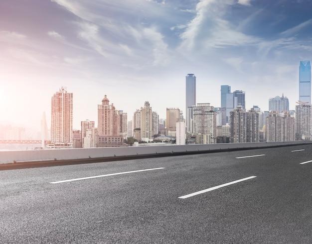 Небоскреб в центре города современный пейзаж пешеходной дорожки Бесплатные Фотографии