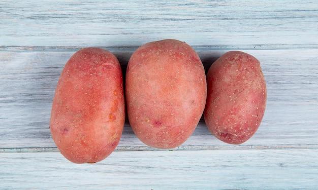 木製の表面に赤いジャガイモのトップビュー 無料写真