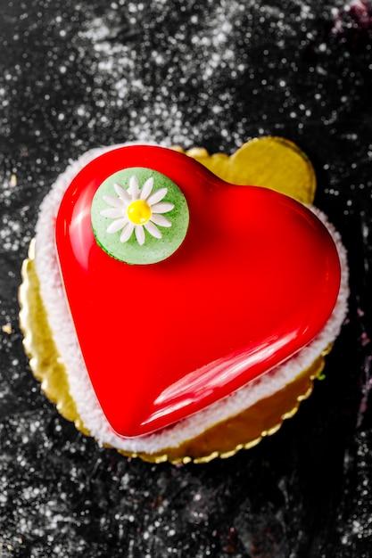 Торт в форме сердца с красной начинкой, украшенный ромашкой Бесплатные Фотографии