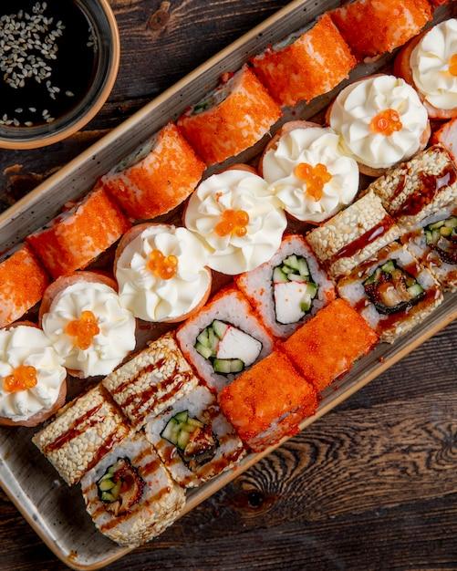 Тарелка разных суши роллов Бесплатные Фотографии