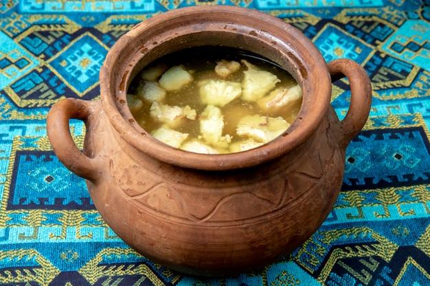 Суп, приготовленный в глиняном горшочке Бесплатные Фотографии