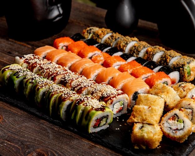 寿司セットホットロールアボカドカリフォルニアとサーモンロール 無料写真