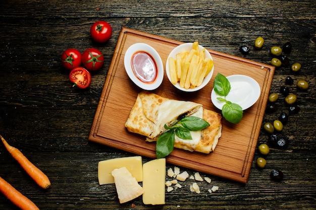 フライドポテトとケチャップの肉のパンケーキ 無料写真