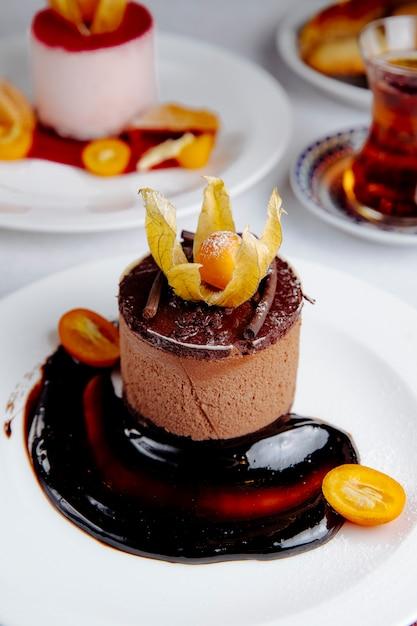キンカンをトッピングしたチョコレートチーズケーキの側面図 無料写真