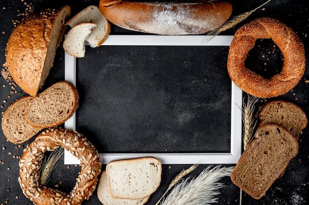 コピースペースを持つバゲットブラックベーグルなどのパンのトップビュー 無料写真