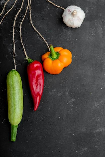 Вид сверху овощей на черной поверхности Бесплатные Фотографии