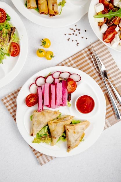 新鮮な野菜とフライドチキンピタのトップビュー 無料写真