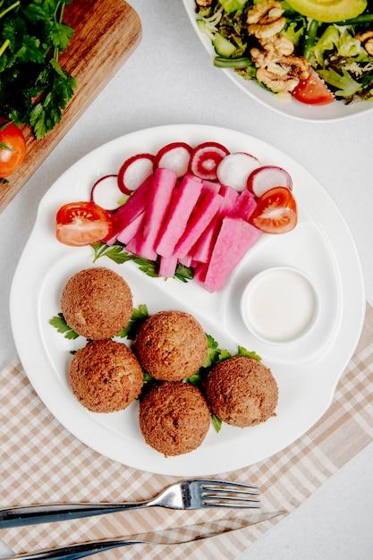 Фалафель со свежими овощами на столе Бесплатные Фотографии
