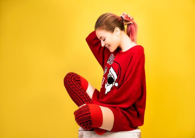 冬の赤いスーツで幸せな女の子 無料写真