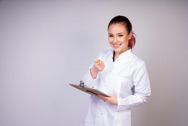 白い医者の制服で笑っている女の子 無料写真