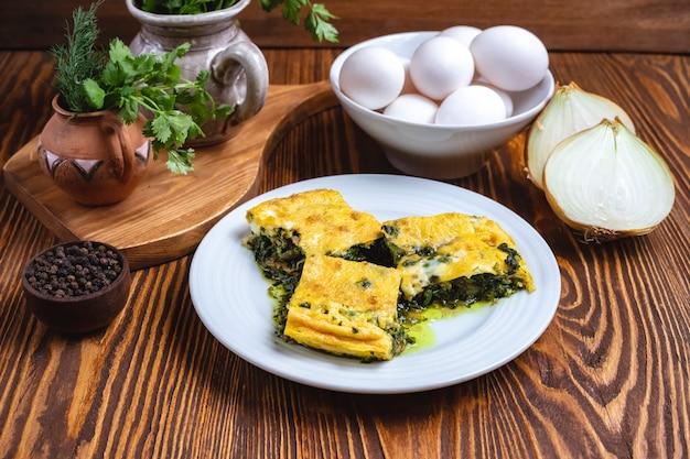 卵とほうれん草の玉ねぎグリーンスパイスサイドビュー 無料写真