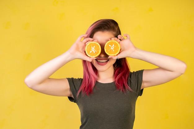 Улыбающаяся девушка с дольками апельсина Бесплатные Фотографии