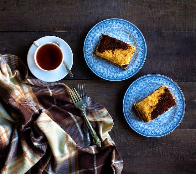 Горячий черный чай с кусочками торта Бесплатные Фотографии