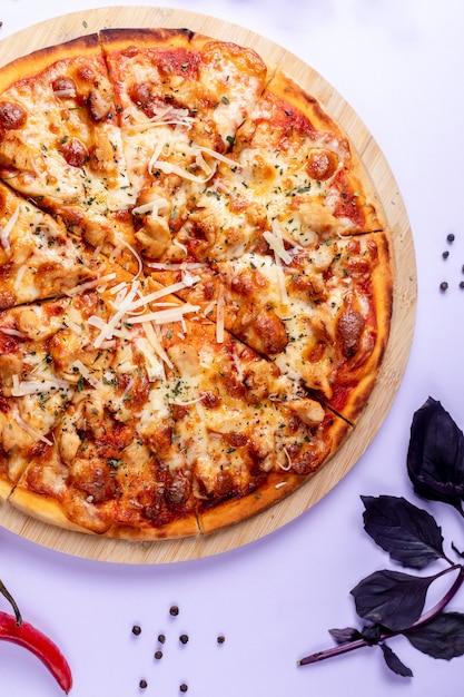 余分なチーズとバジルをトッピングしたピザ 無料写真