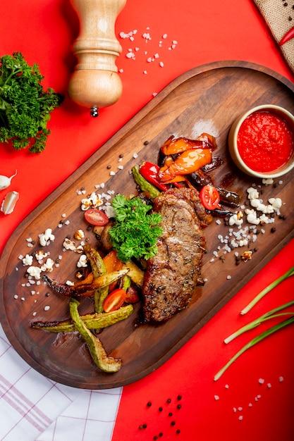 Кусочек жареного мяса с жареными овощами Бесплатные Фотографии