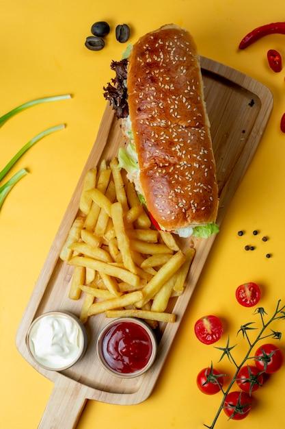 Бутерброд с кунжутной булочкой и картофелем фри Бесплатные Фотографии