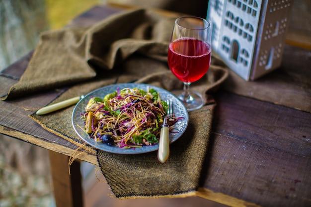 テーブルの上のキャベツのサラダ 無料写真