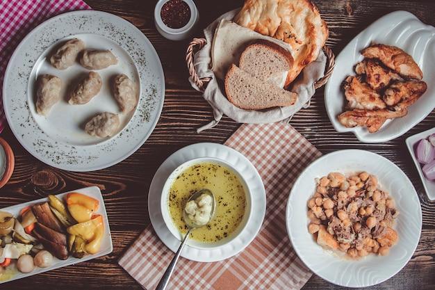 Азербайджанская национальная кухня дюшбар, гюрза, пити и соленья Бесплатные Фотографии