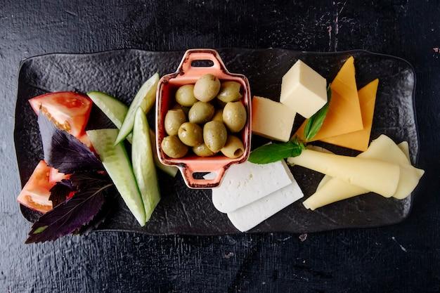 チーズセットオリーブトマトキュウリ上面図 無料写真