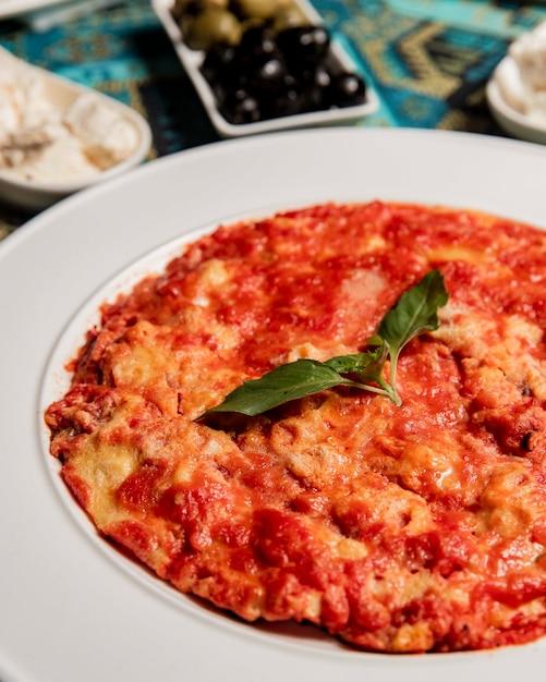 朝食に卵とおいしいトマト 無料写真