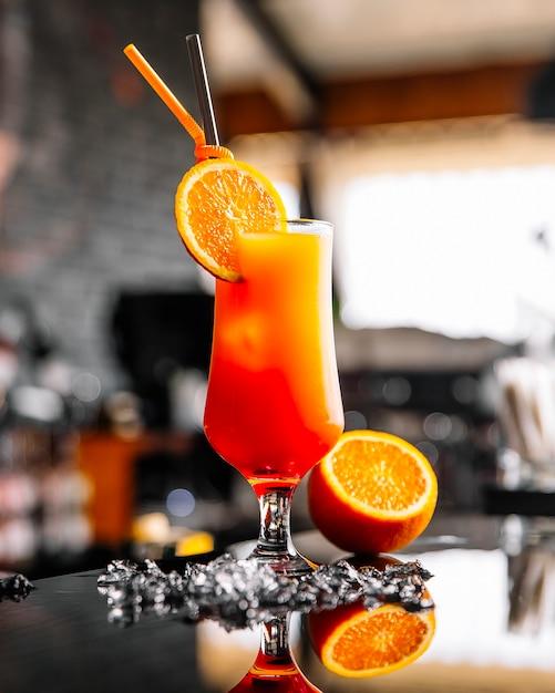 オレンジのスライスと正面オレンジジュース 無料写真