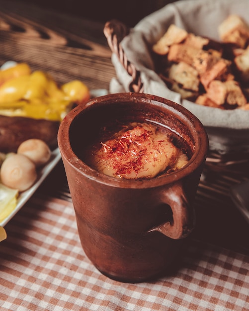 Пити в глиняном горшочке и корзина с хлебом Бесплатные Фотографии