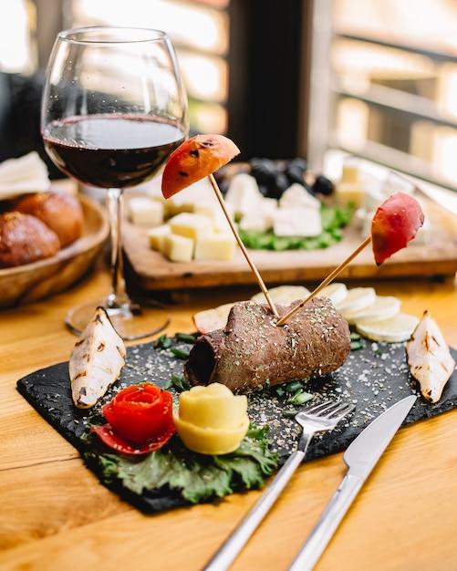 側面図肉ロール焼きリンゴと梨と赤ワインのグラス 無料写真