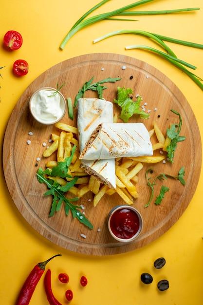 Куриный донер в лаваше с картофелем фри Бесплатные Фотографии