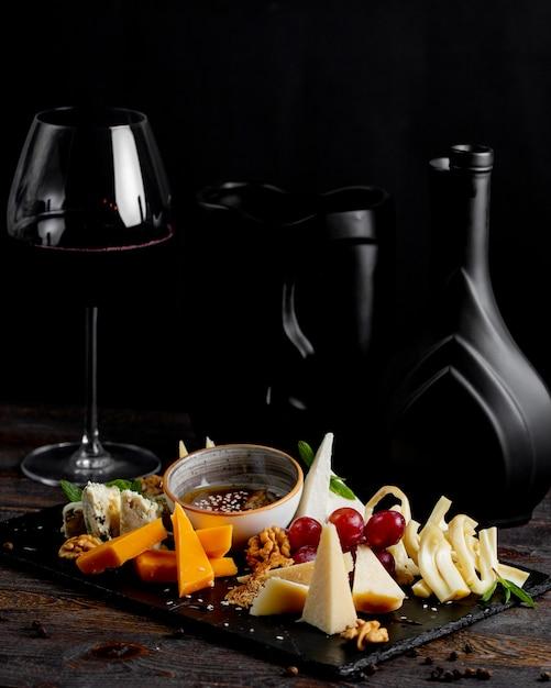 ワインのグラスとチーズプレート 無料写真