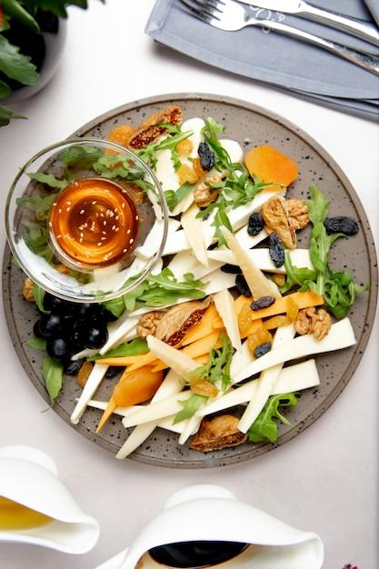 ナッツレーズンルッコラとオリーブのチーズプレート 無料写真