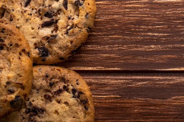 木製のチョコレートチップとオートミールクッキーのクローズアップ表示 無料写真