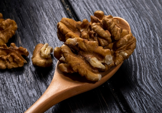 Крупным планом вид деревянной ложкой с грецкими орехами на деревенском Бесплатные Фотографии