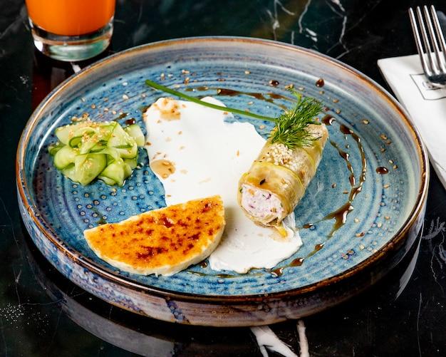 Вид спереди фаршированный цуккини с ломтиком сыра и огурца на синюю тарелку Бесплатные Фотографии