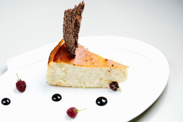 Торт с гарниром и шоколадным сиропом Бесплатные Фотографии