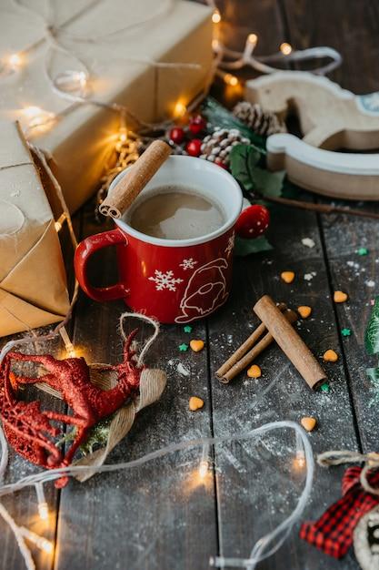 テーブルの上のミルクとシナモンとコーヒー 無料写真