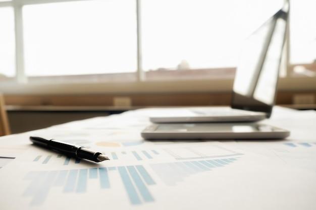 ビジネスコンセプト。ビジネスマンと女性との財政と銀行の概念のためのコインの行。国際金融コンサルティングのメタファー。 Premium写真