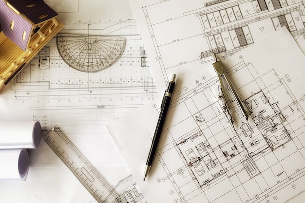 職場トップビューでの工学的オブジェクトのイメージ。コンセプトコンセプト。エンジニアリングツール。ベクトルトーンレトロフィルタ効果、ソフトフォーカス(選択フォーカス) 無料写真