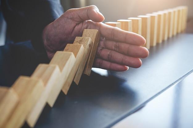 Концепция решения и эффект домино. легко снятый фокус и крупный план. селективный фокус. Бесплатные Фотографии