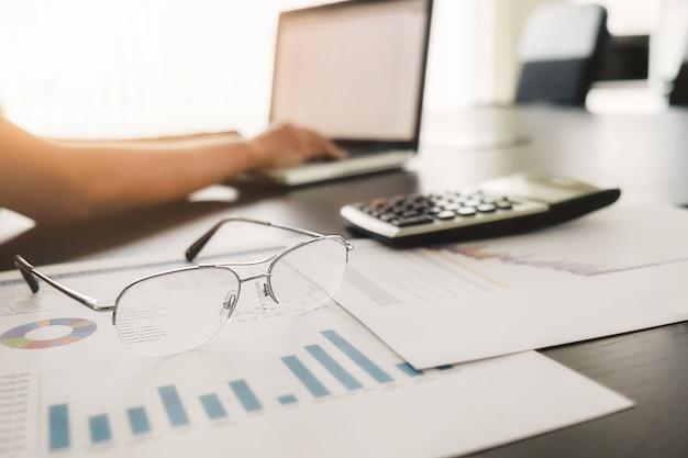 Бизнес-концепция с копией пространства. стол офисного стола с фокусом пера и диаграммой анализа, компьютер, блокнот, чашка кофе на столе. старинный тон ретро-фильтр, избирательный фокус. Бесплатные Фотографии