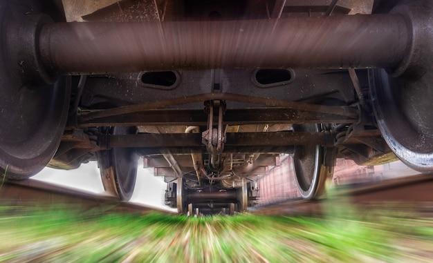貨物列車の下。動いている重い列車。 Premium写真