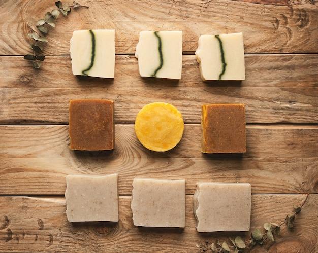 木製の背景に手作り石鹸。平干し。 Premium写真
