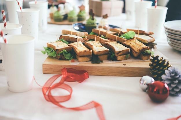 パーティーのためにサービスするテーブルのサンドイッチ。 Premium写真