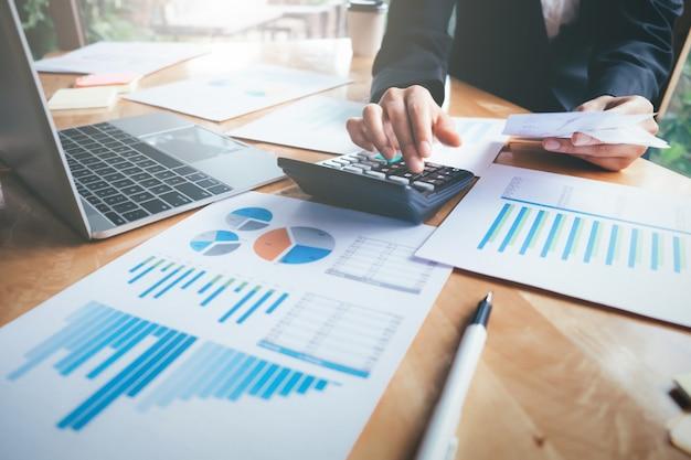 Калькулятор для женщин-бухгалтеров или банкиров. Premium Фотографии