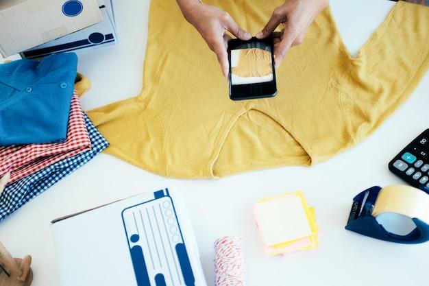 オンライン販売者の携帯電話は、製品の写真を撮る Premium写真