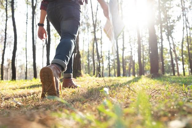 リラックスした冒険とライフスタイルのハイキング旅行アイデアコンセプト。 Premium写真