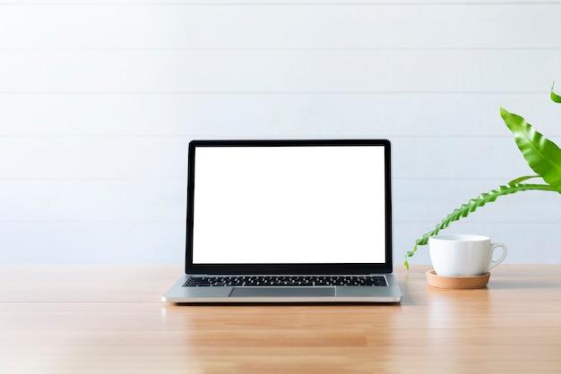 コンピュータラップトップを備えた作業テーブルの作業スペース。 Premium写真